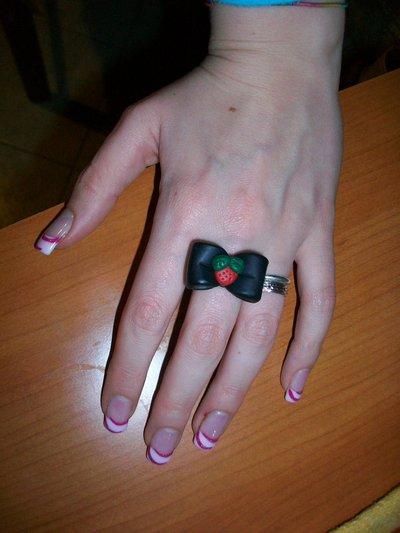 Anello fiocco nero e fragolina rossa in cernit