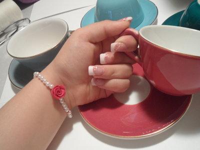 Bracciale di perle bianche e rosellina rossa
