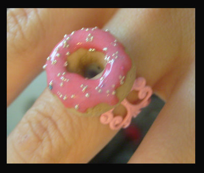 Anello filigrana rosa con ciambella donuts alla fragola