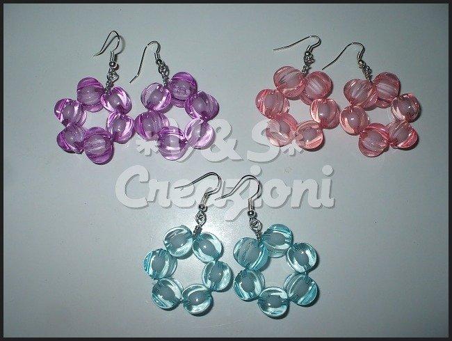 Orecchini con perle sfaccettate.