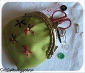 Portamonete verde decorato a mano