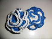 Spilla fiore rosa uncinetto blu e bianca