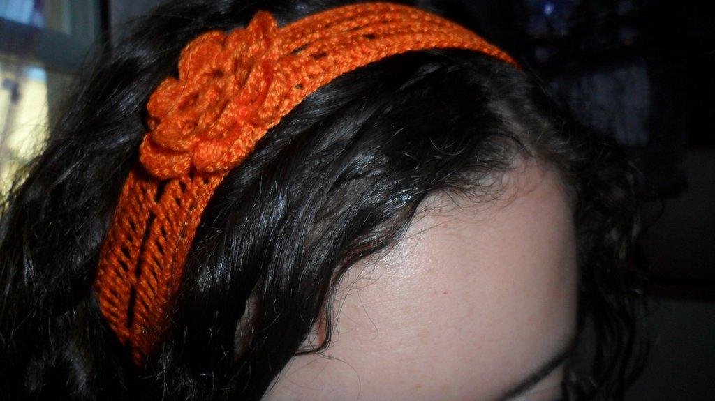 Fascia per capelli con fiore creata all'uncinetto