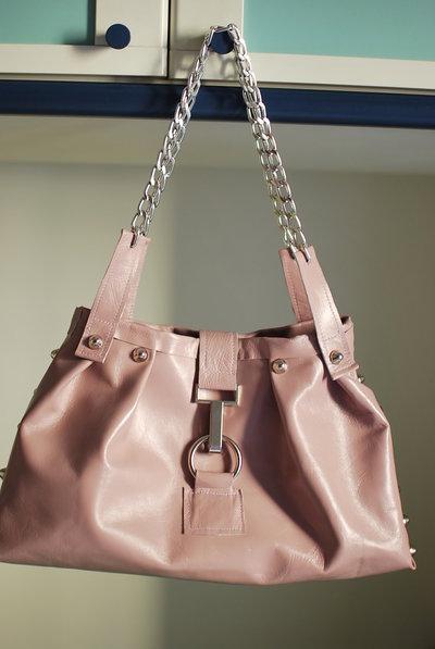 Borsa  a spalla  vera pelle  con borchie rosa antico