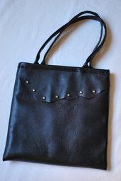 shopper nera in vera pelle con borchie