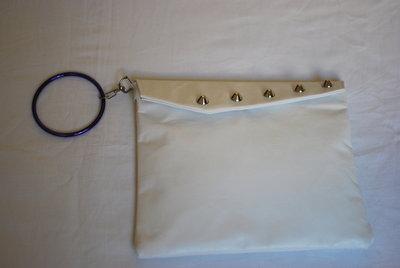 pochette  bianca vera pelle con borchie