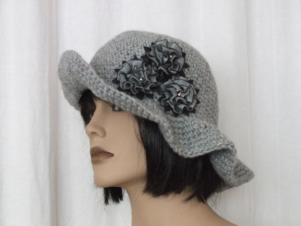 Cappello in lana grigio con fiori