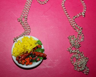 collana con piatto di wrustel, patatine, insalata, carote in fimo