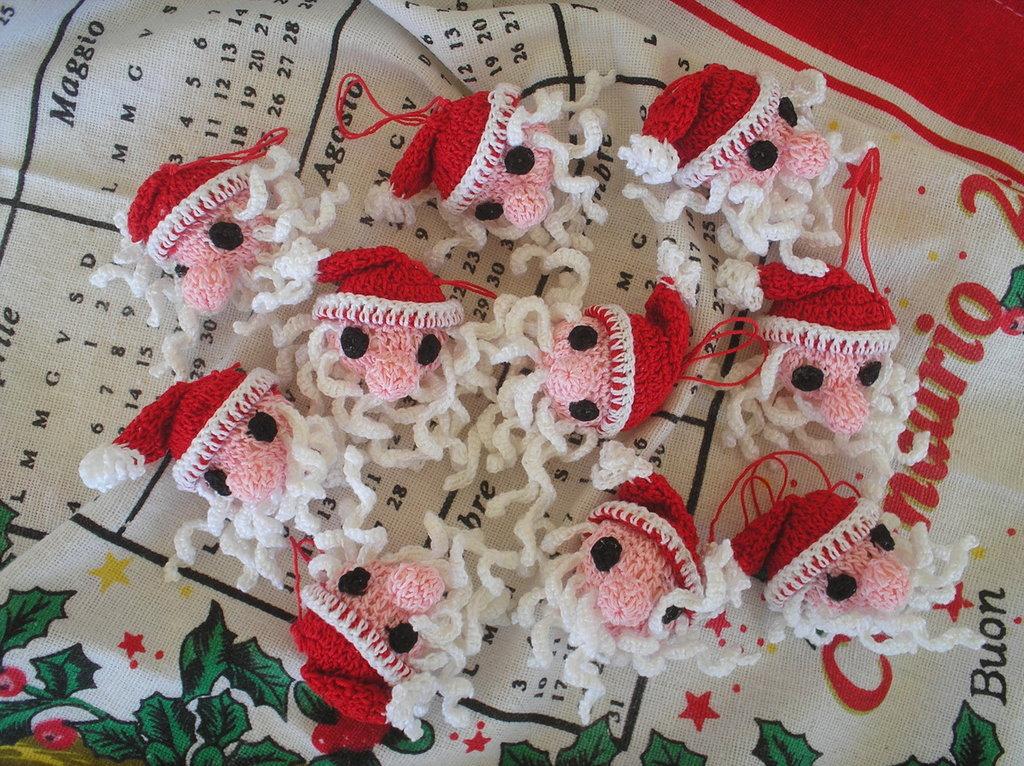 3 teste piccole di Babbo Natale ad uncinetto