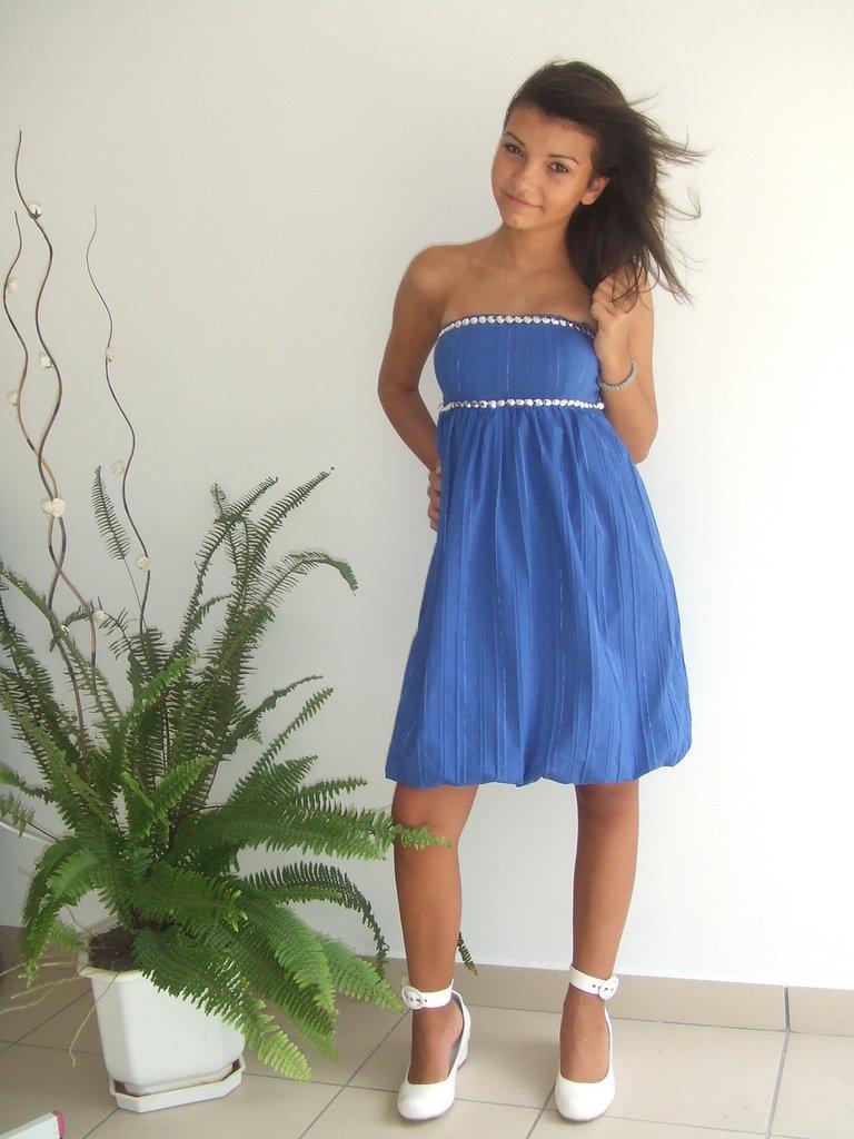 Bel vestito blu, sexy, affascinante ed elegante,