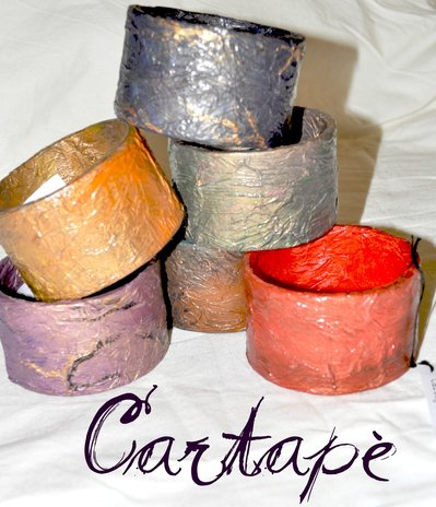 Bracciale rigido in cartapesta dipinto a mano