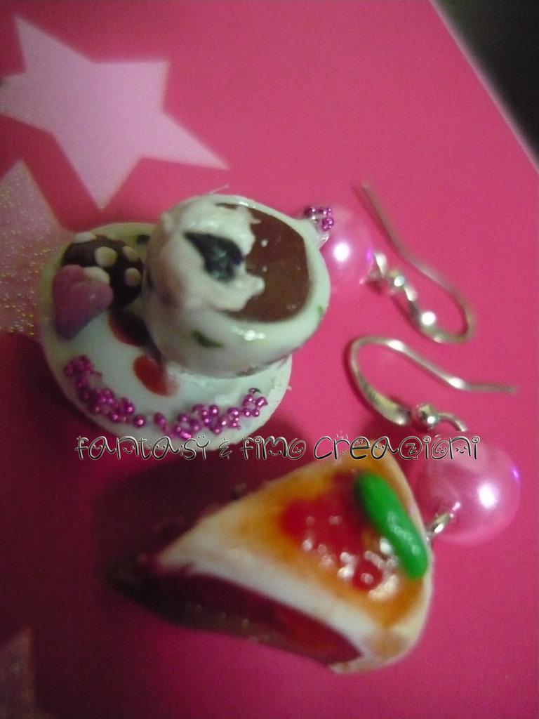 Orecchini Tazzina cioccolata con panna e biscotti + fetta cheesecake al lampone