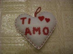 cuore con scritta di perline