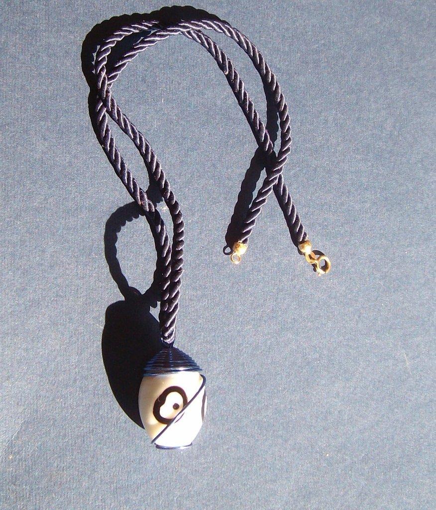 collana con pendente pietra in vetro bianco