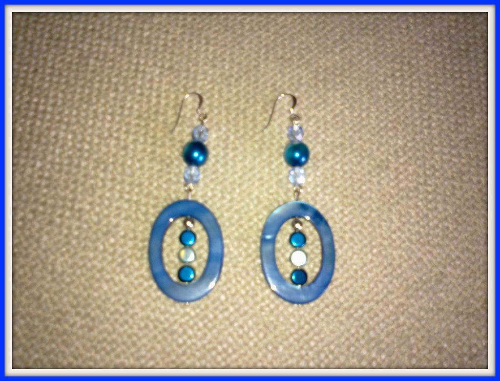 Orecchini ovale blu e perle celesti