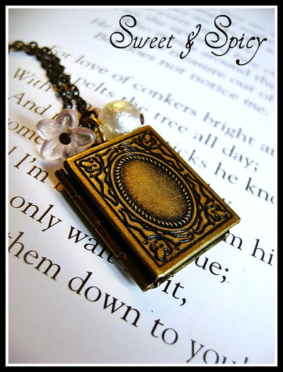 VINTAGE STORYBOOK LOCKET NECKLACE-COLLANA VINTAGE CON LOCKET/CIONDOLO PORTAFOTO A FORMA DI LIBRO