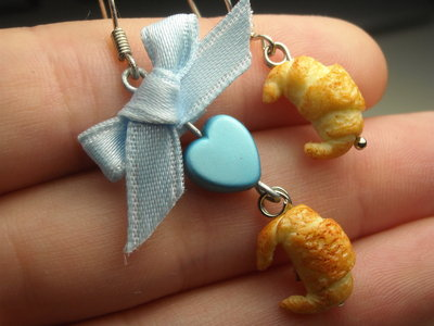 Orecchini cornetto croissant miniatura colazione asimmetrico fiocco
