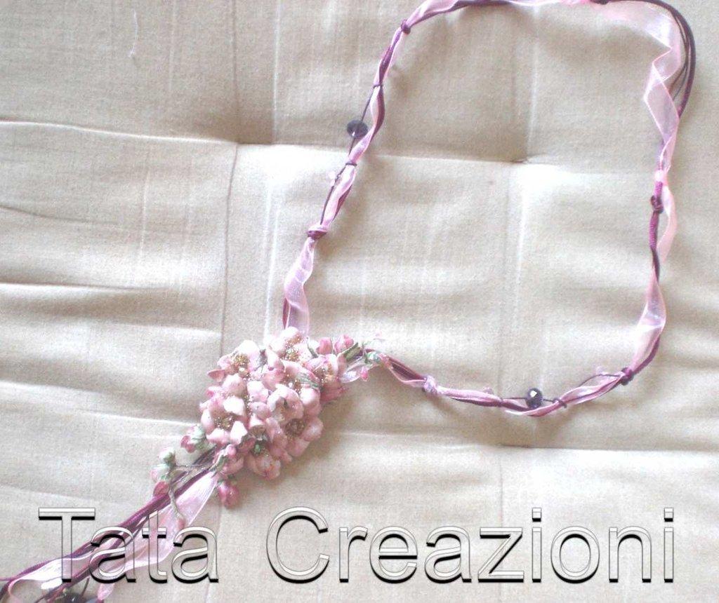 Collana con fiori in tessuto