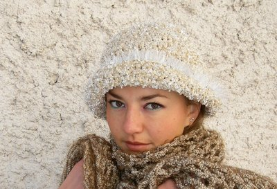 cappello invernale realizzato all'uncinetto con un filato di ciniglia ,colore panna