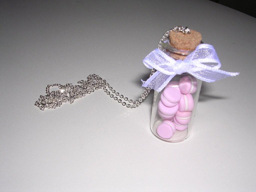 Collana con boccetta di vetro e macarons all'interno