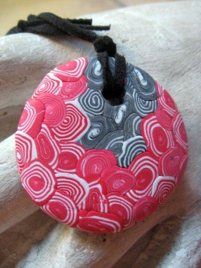 Ciondolo rosso, nero e grigio