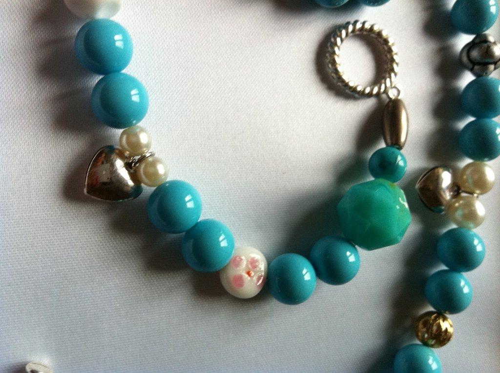 collana di perle turchesi e charms