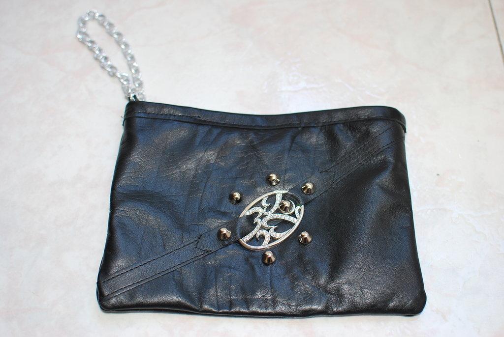 pochette in vera pelle nera con borchie