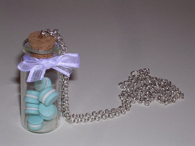 Collana con boccetta di vetro e macarons celesti