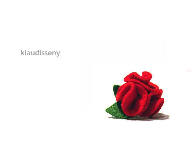 Flores rojas fieltro broche y anillo a conjunto