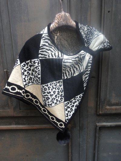 mantella con pendente in pelliccia -cape with fur pom-poms
