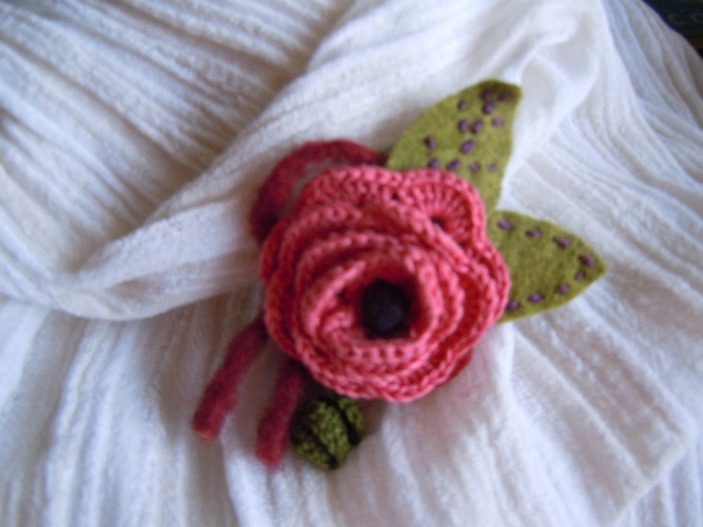 spilla fiore crochet e feltro