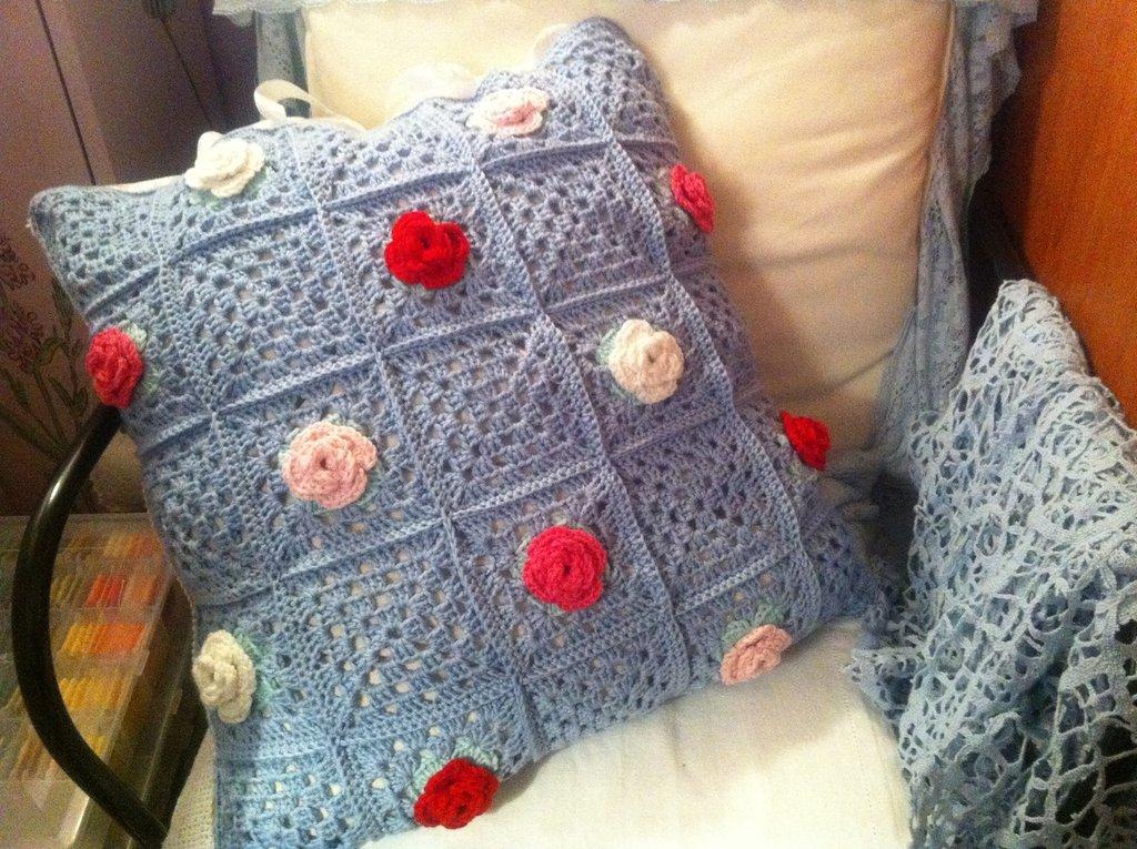 Amato Cuscino all'uncinetto con roselline in rilievo - Per la casa e per  MB75