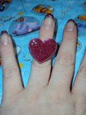 Anello regolabile con cuore in resina