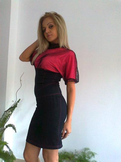 Donne in abiti eleganti da jeans e rete raffinato