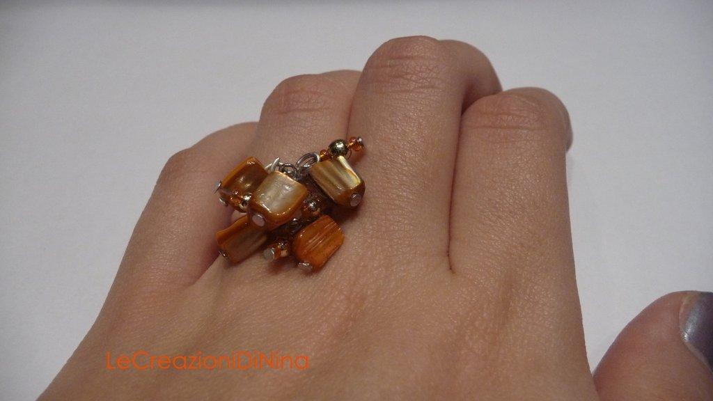 Anello di perline arancio caldo