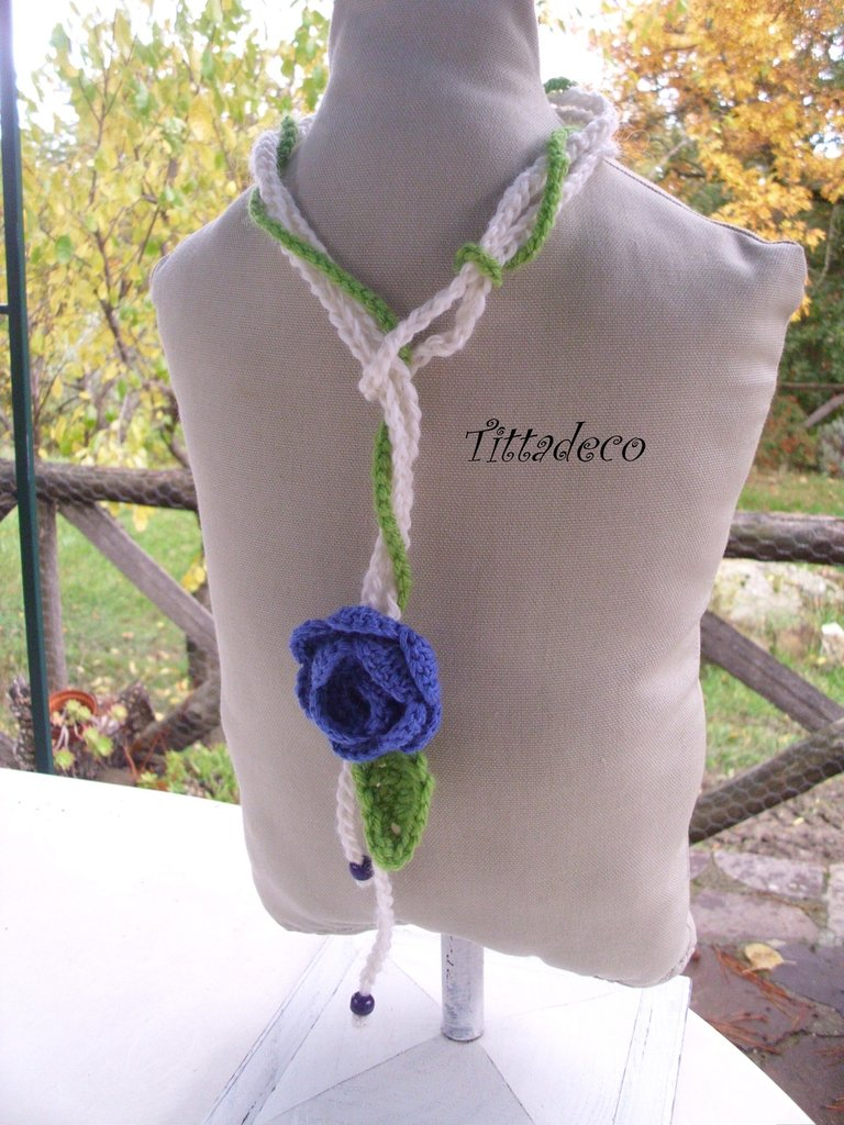 Collana rosa blu