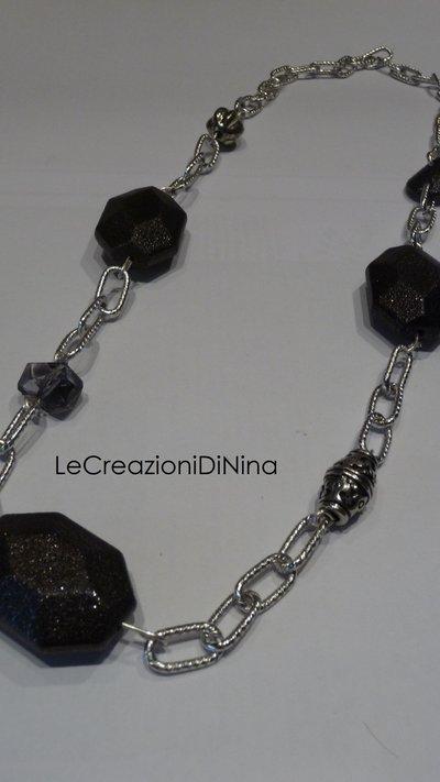 Collana lunga sul nero, grigio e argento