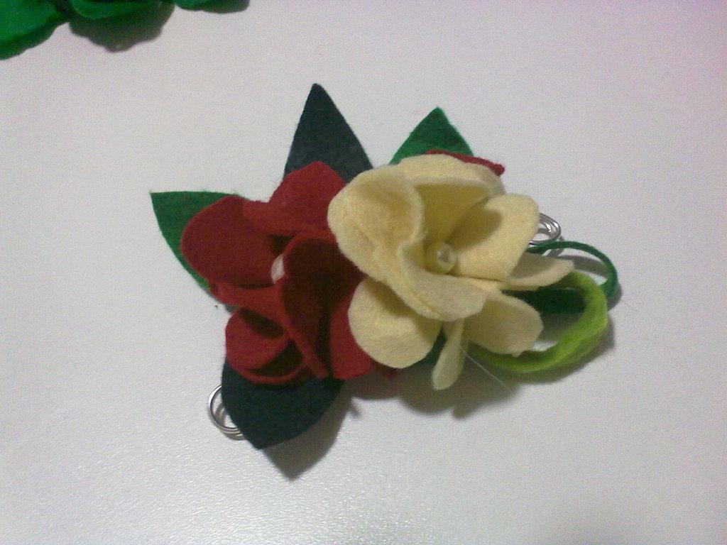 spilla in panno con fiori