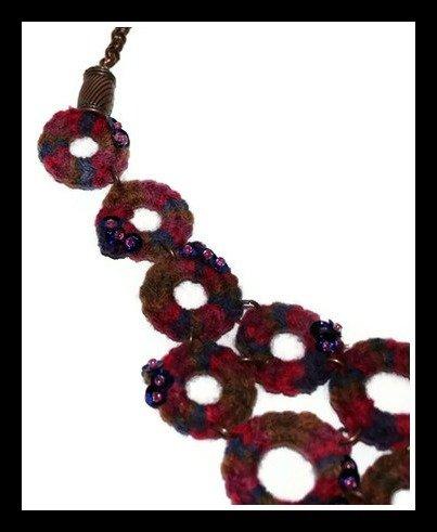 Collana in lana con paillettes e perline