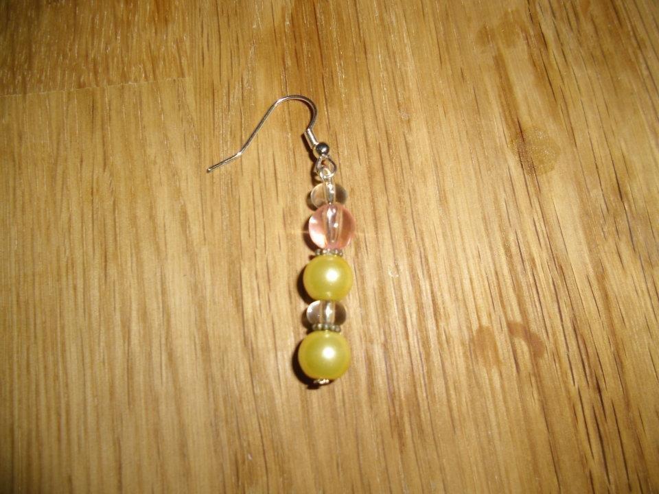 Orecchini con monachella e pendente: perle color oro e trasparente.