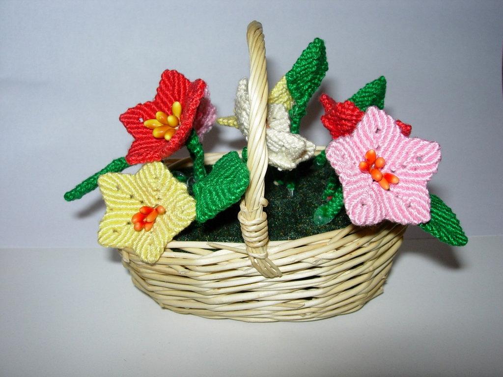 Cestino con fiori a macramè