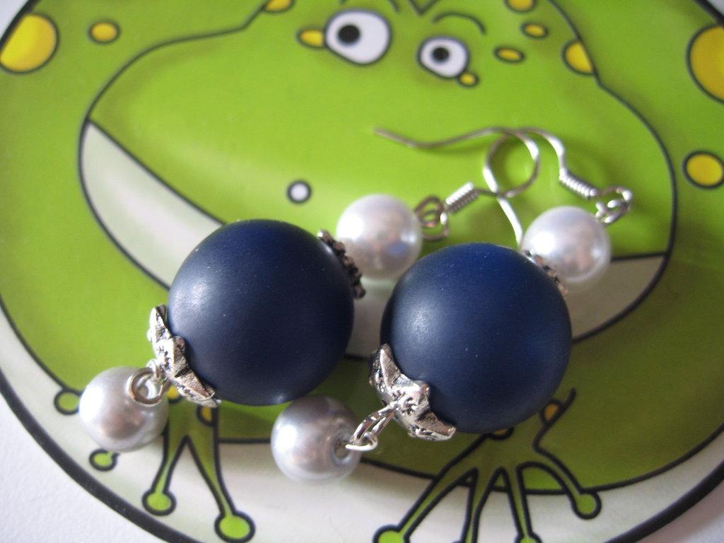 Orecchini blu con perle