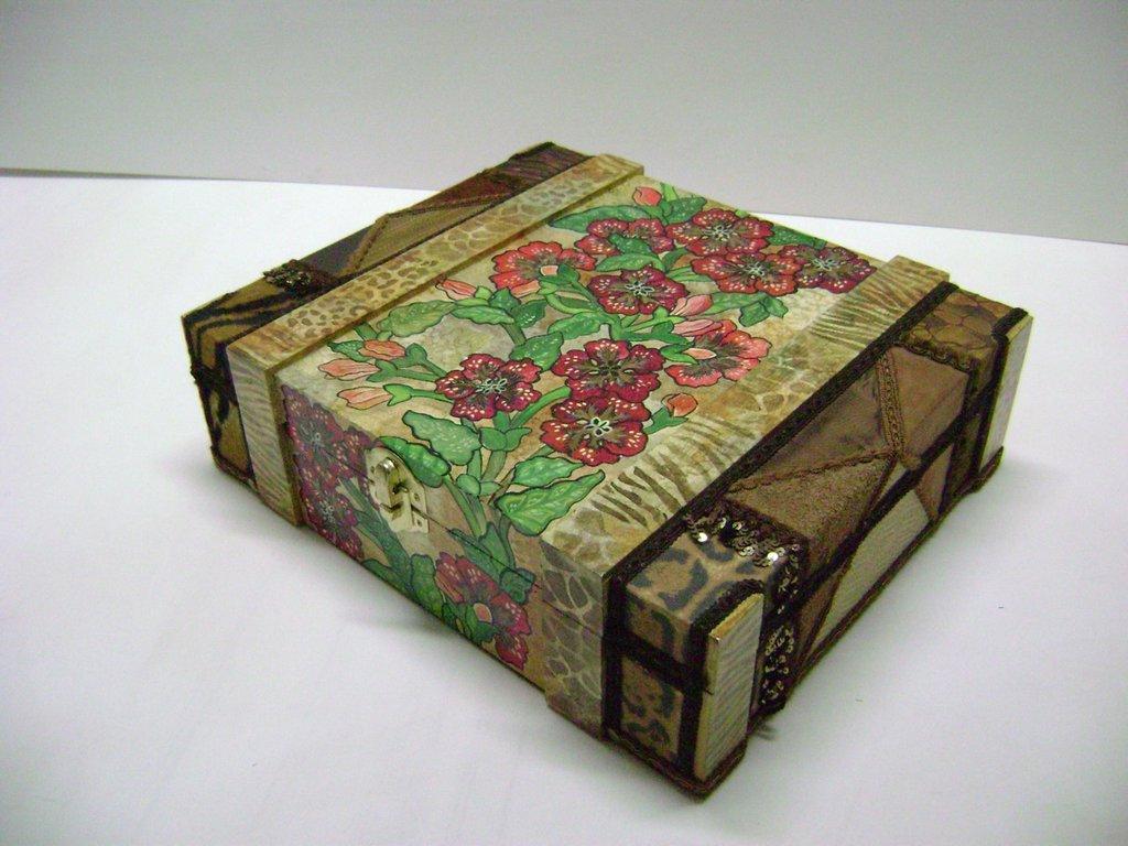 """Scatola dei Ricordi """"IL GIARDINO DEI FIORI ROSSI""""   box of memories """"THE GARDEN OF RED FLOWERS"""""""