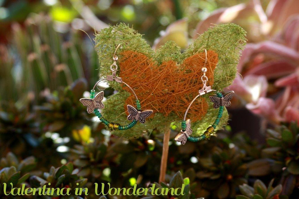 Orecchini a cerchio con farfalle
