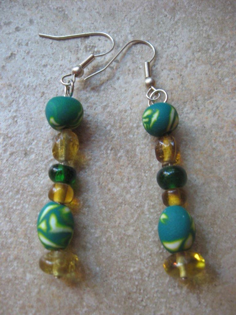 orecchini verdi e gialli