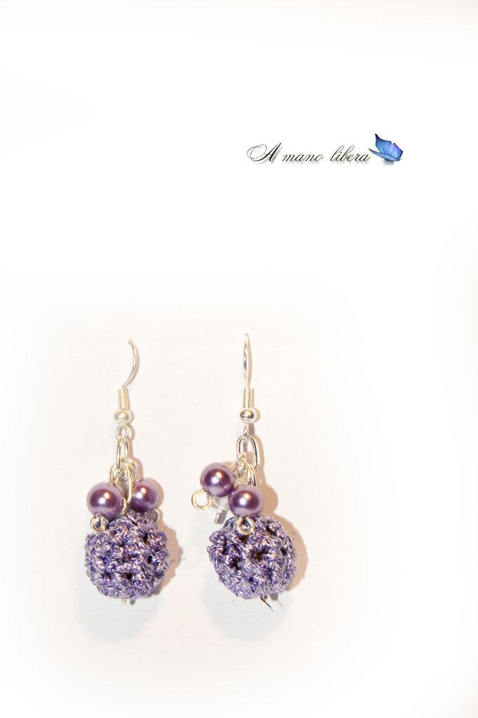 Orecchini con perle rivestine all'uncinetto lilla