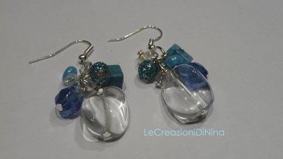 orecchini azzurri di perline