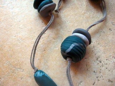 collana verde e grigia