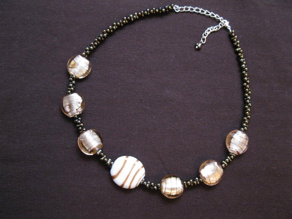 Collana con perle in vetro e perle farfalla - bronzo e bianco