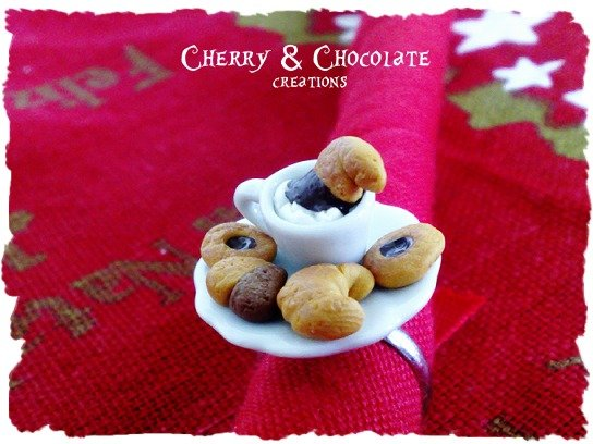 Anello piattino e tazzina con biscottini e croissant in Fimo